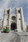 Retro tram op de straat in Lissabon, Portugal Stock Foto's