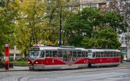 Retro tram op de straat van Praag, Czechia stock foto's