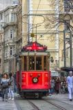 Retro trambewegingen langs een bezige Istiklal-straat in Istambul stock afbeelding