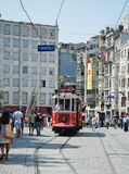 Retro trambewegingen langs een bezige Istiklal-straat in Istambul Stock Foto's