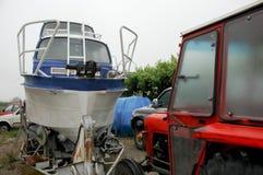 Retro trattore rosso e barca blu bianca Fotografia Stock Libera da Diritti