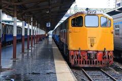 Retro treno arancione rosso, locomotiva diesel Fotografie Stock