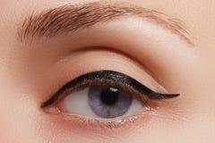 Retro trucco di stile Dettaglio quotidiano di trucco eyeliner Bei occhi immagini stock libere da diritti