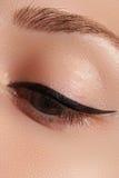 Retro trucco di stile Dettaglio quotidiano di trucco eyeliner Bei occhi immagine stock libera da diritti