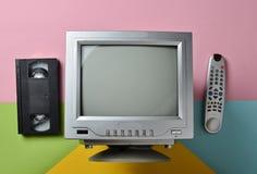 Retro tv, avlägsen kontrollant, vhs, på pastellfärgad bakgrund Royaltyfria Foton