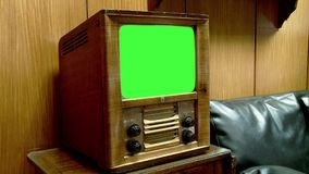 Retro TV met het groene scherm Gezoem binnen stock videobeelden