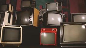 Retro tv vänder på den gröna skärmen i mitt av många tv:ar Estetik av 80-tal stock video