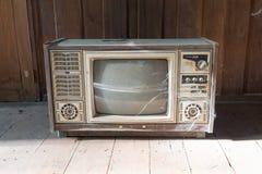Retro tv z drewnianą skrzynką w pokoju Zdjęcia Stock