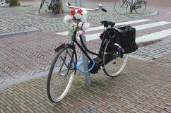 Retro ucznie jechać na rowerze z kwiatami przy kierownicą, Utrecht, holandie Zdjęcia Royalty Free