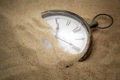 Retro- Uhr auf Sand Lizenzfreies Stockbild