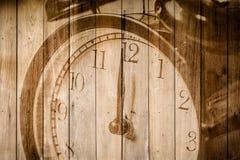 Retro- Uhr auf selektivem Fokus des hölzernen Hintergrundes an Zahl 12 O ` Uhr Stockfoto