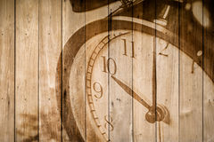 Retro- Uhr auf selektivem Fokus des hölzernen Hintergrundes an Zahl 10 O ` Uhr Lizenzfreies Stockfoto