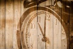 Retro- Uhr auf selektivem Fokus des hölzernen Hintergrundes an Zahl 11 O ` Uhr Stockfotos