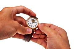 Retro- Uhr in den männlichen Händen. Stockbilder