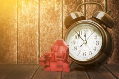 Retro- Uhr mit rotem Herzband der Liebe auf Weinlese hölzernem backgro Stockbild