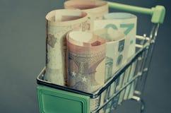 Retro uitstekend fotoeffect van Euro bankbiljetten in het boodschappenwagentje Gemakkelijke toegang op lening Stock Foto's