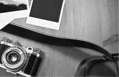 Retro uitstekend fotografieconcept twee onmiddellijke kaarten van fotokaders op houten achtergrond met oude camera en filmstrook Stock Foto