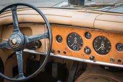 Retro Uitstekend Jaguar-Autobestuurderszitplaats en dashboard Royalty-vrije Stock Afbeeldingen
