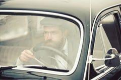 Retro of uitstekende auto met gebaarde bestuurder Retro stijlconcept royalty-vrije stock foto