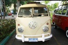 Retro uitstekende auto van Volkswagen/Gespleten Bus Stock Afbeeldingen