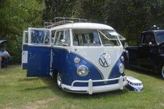 Retro uitstekende auto van Volkswagen/Gespleten Bus, oude bestelwagen met steekproef Stock Foto's