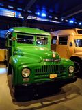 Retro uitstekende bus, vrachtwagen toont in museum stock afbeeldingen
