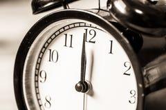 Retro uitstekende klok op zakclose-up bij de klok van 12 o ` Stock Afbeeldingen