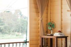 Retro uitstekende oude ontwerp elektrische ventilator in woonkamer stock afbeelding