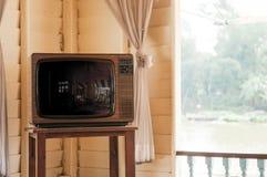 Retro uitstekende oude televisie van ontwerptv in woonkamer stock afbeeldingen