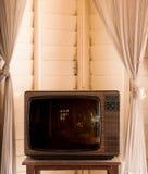 Retro uitstekende oude televisie van ontwerptv in woonkamer royalty-vrije stock foto's