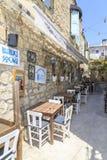 Retro ulica Alacati z stołami w Cesme, Turcja zdjęcie stock