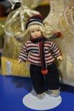 Retro- und lustige blonde Puppe ist wenig Spielzeug Stockfoto