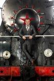 Retro uomo d'affari disegnato in vestito che posa sulla locomotiva a vapore fotografia stock