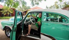 Retro uomo d'annata dell'automobile Fotografie Stock