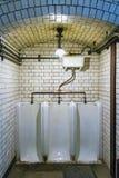 Retro- Urinal in der alten Gaststätte stockbilder