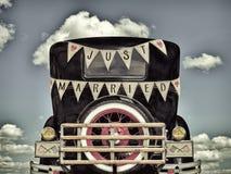 Retro utformad bild av en gammal bil med precis gift garnering Fotografering för Bildbyråer