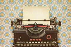Retro utformad bild av en gammal skrivmaskin Arkivfoto