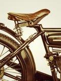 Retro utformad bild av en motorcykel på en retro bakgrund Arkivbilder