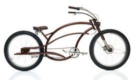 Retro utformad brun cykel som isoleras på en vit Arkivbilder
