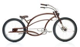 Retro utformad brun cykel som isoleras på en vit Arkivfoto