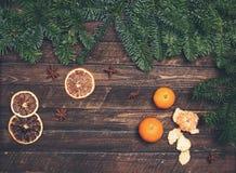 Retro utformad julkort Dekor med tangerin, torkad apelsin Royaltyfri Fotografi