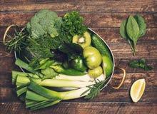 Retro utformad matbakgrund Rå detoxgräsplangrönsak och ört Royaltyfri Bild