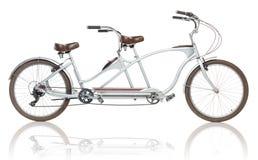 Retro utformad tandem cykel som isoleras på en vit Royaltyfri Fotografi