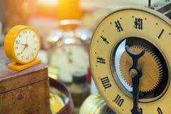 Retro utformade klockor och klockor Royaltyfria Bilder