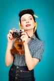 Retro utvikningsbildkvinna med filmkameran royaltyfria bilder