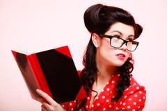 retro Utvikningsbrudflicka i glasögonläsebok royaltyfri foto