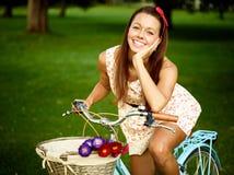 Retro utvikningsbrudflicka med cykeln Fotografering för Bildbyråer