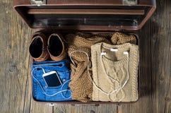 Retro valigia con i vestiti casuali della donna Fotografie Stock Libere da Diritti