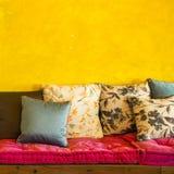Retro vardagsrum för tappning med kuddar Fotografering för Bildbyråer