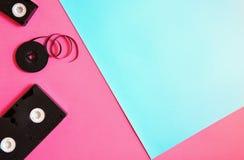 Retro- Videokassette auf rosa und hellblauem Pastellhintergrund Flache Lage, minimales Konzept stockfotografie